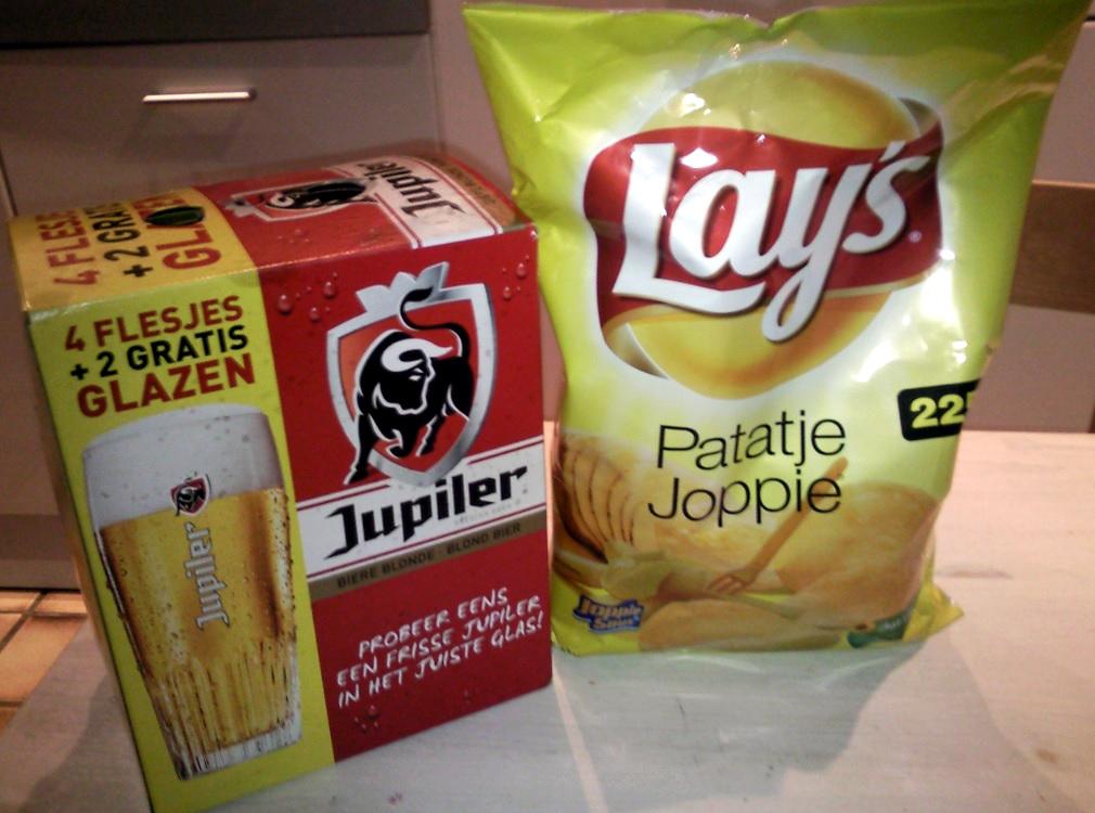 Jupiler Bier und Lays Patatje Joppie Chips