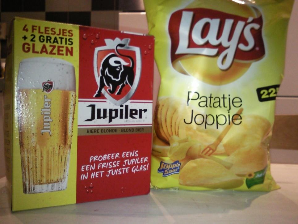 Lays Patatje Joppie und Jupiler Bier